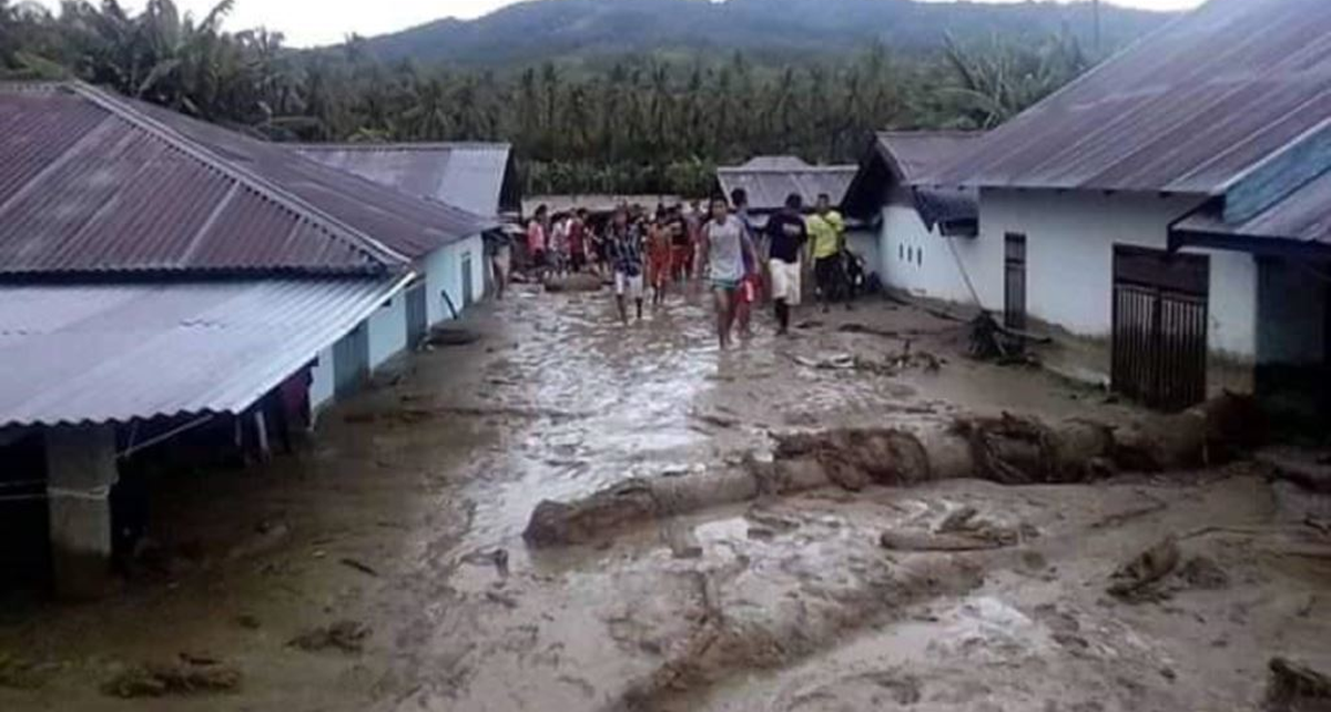 Warga memeriksa kondisi rumah-rumah yang terendam lumpur pasca Banjir Bandang di desa Bangga, Kabupaten Sigi, Sulawesi Tengah